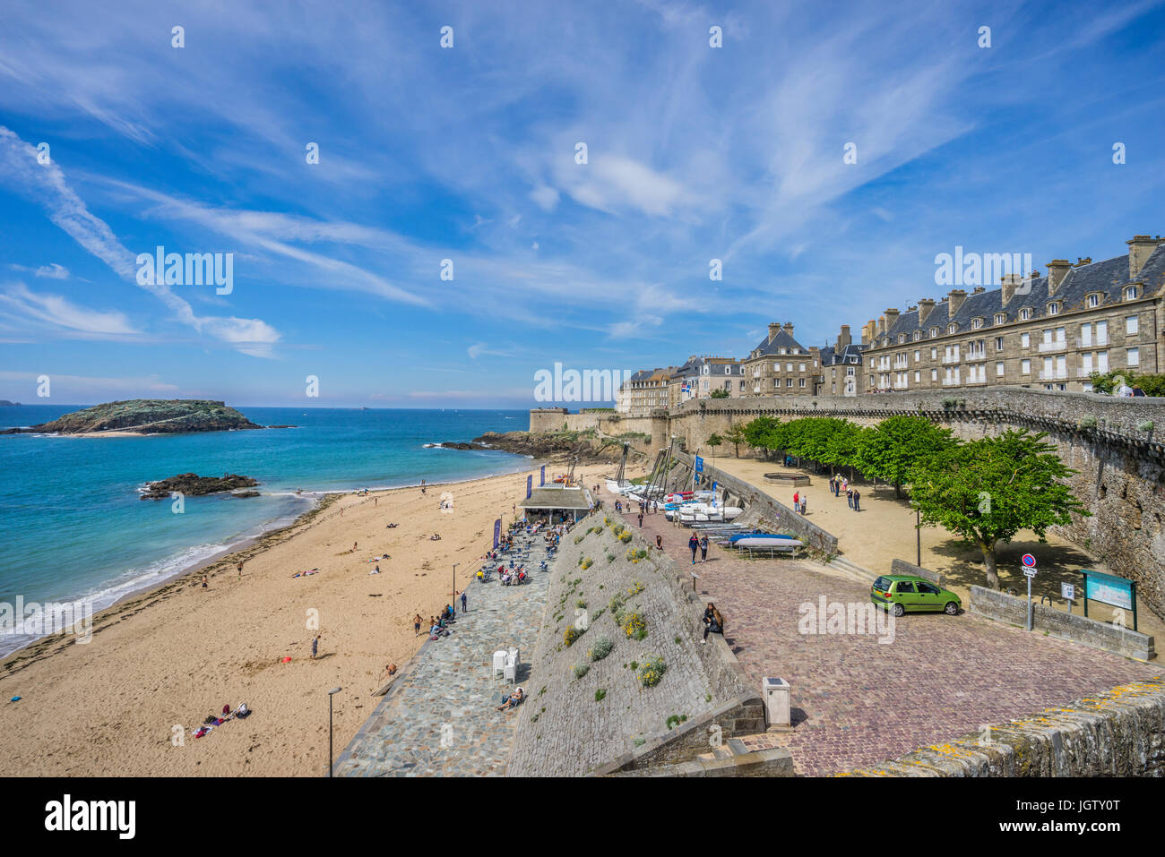 France, Brittany, Saint-Malo, view of Plage de Bon Secours beach and the city wall - Stock Image