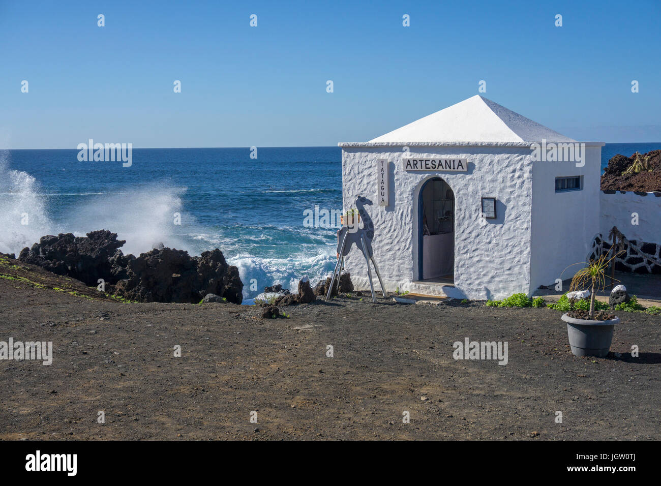 Artesania, tiny house with shop offers silver jewellry, beach of fishing village El Golfo, Lanzarote island, Canary - Stock Image