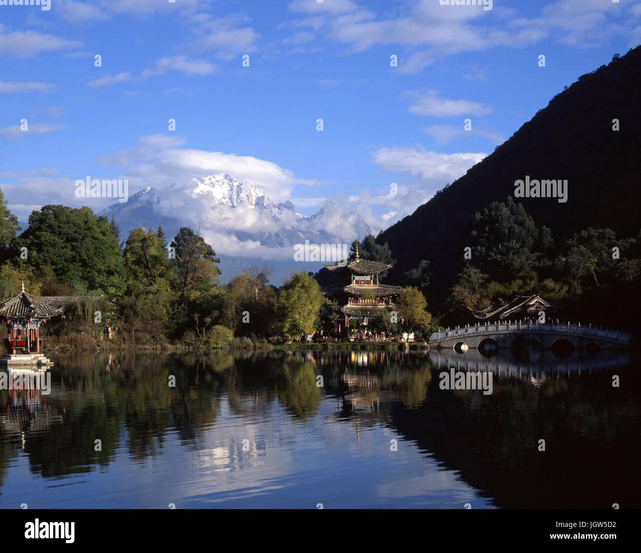 Black Dragon Pool park looking towards Jade Dragon Snow Mountain in Lijiang, China Stock Photo
