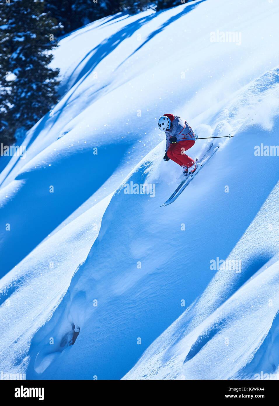 Man skiing down steep mountainside, Aspen, Colorado, USA - Stock Image