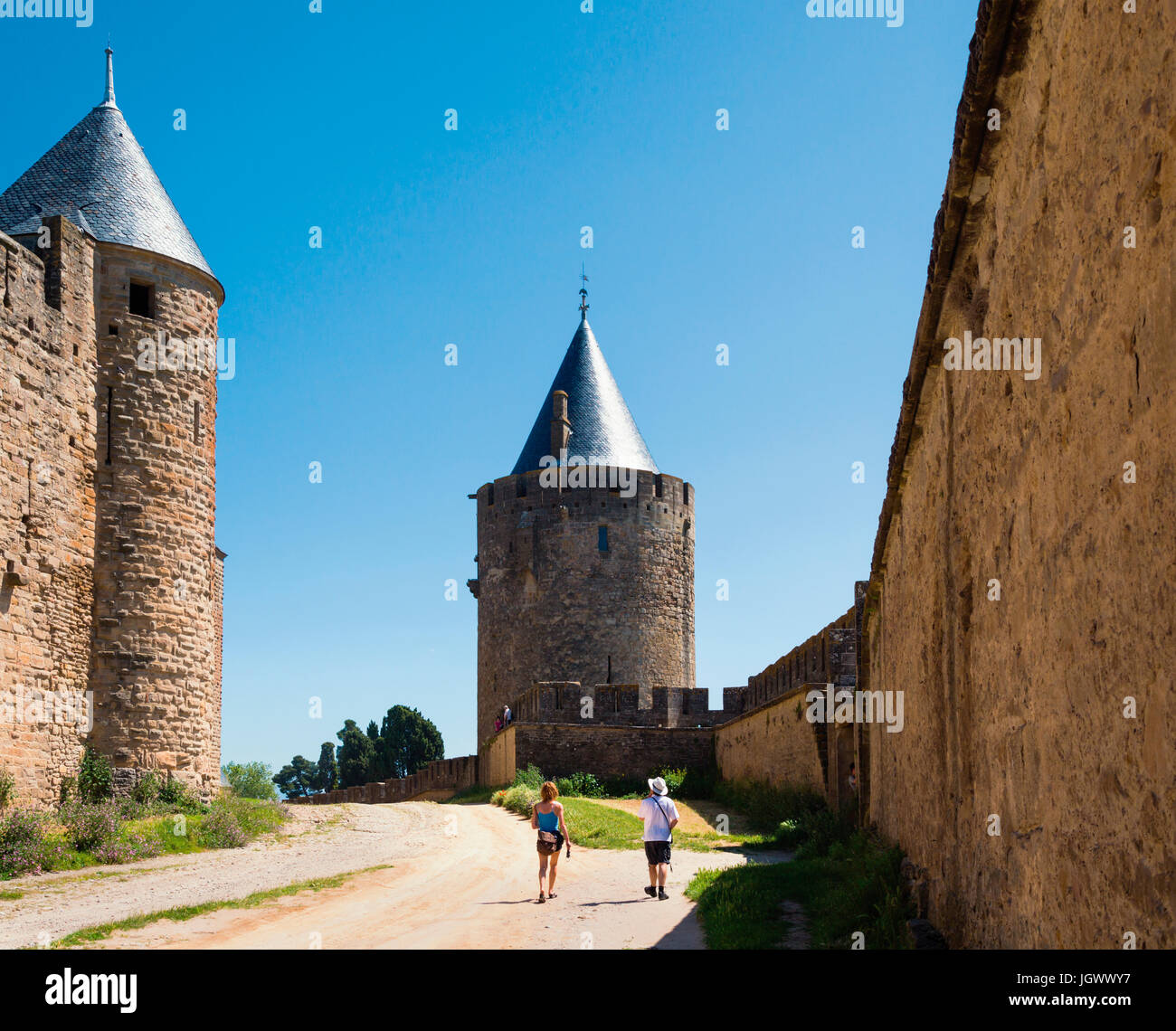 Carcassonne, Languedoc-Roussillon, France.  Walls, towers and ramparts of the the Cite de Carcassonne which is a - Stock Image