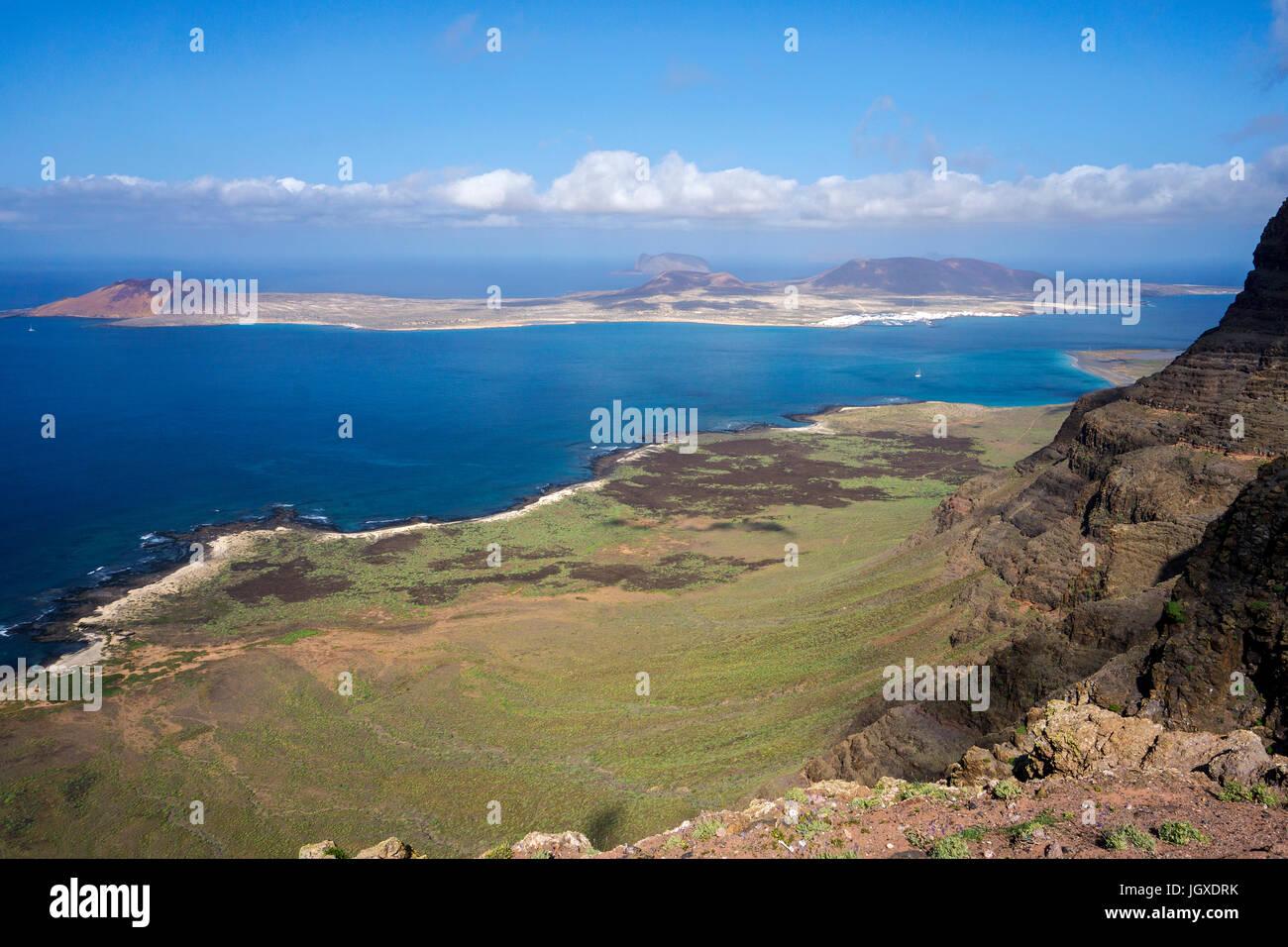 Blick vom Mirador de Guinate auf die Insel La Graciosa, Lanzarote, Kanarische Inseln, Europa   View from Mirador de Guinate to La Graciosa island, Lan Stock Photo