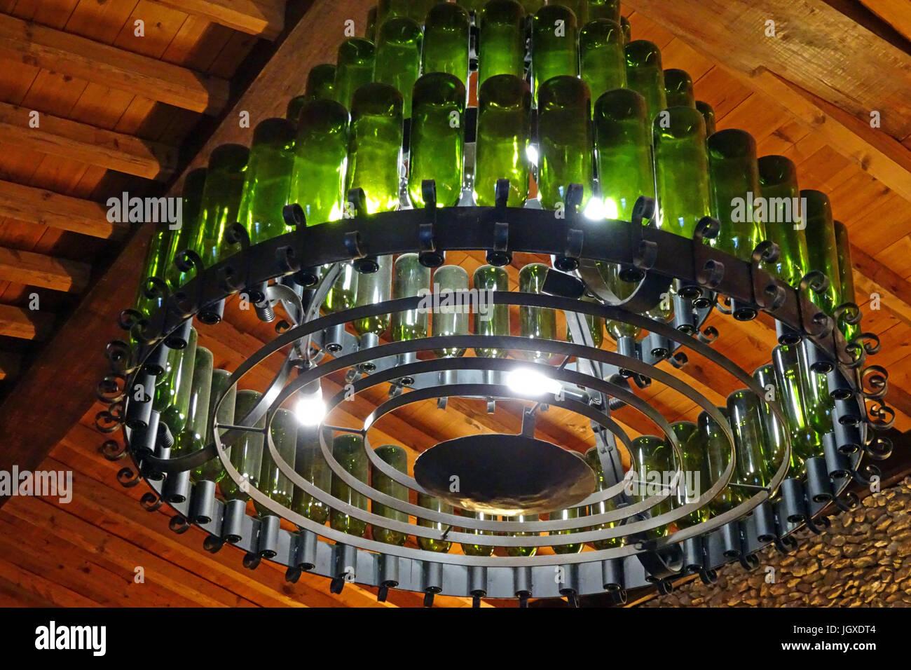 Kronleuchter aus Weinflaschen in der Bodega Rubicon, Weinproben und Weinverkauf, La Geria, Lanzarote, Kanarische Stock Photo