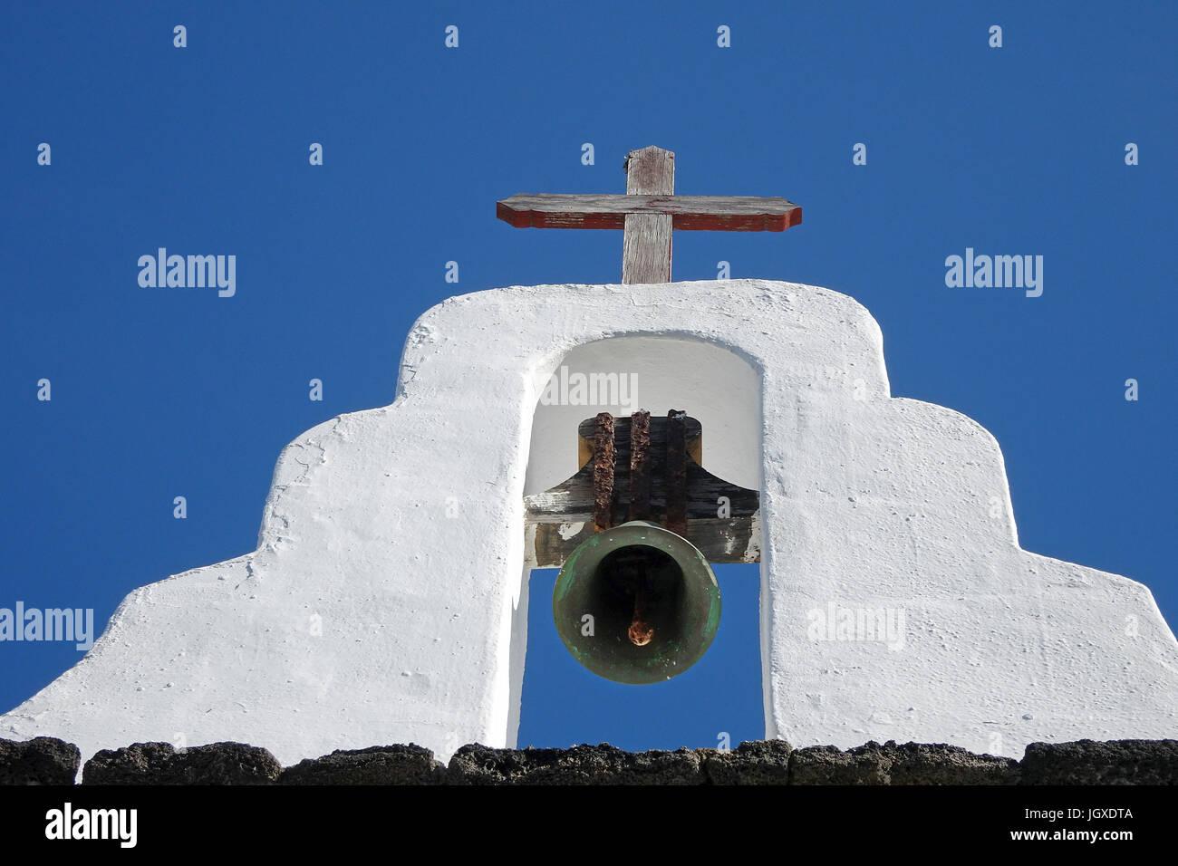 Glockenstuhl der Kirche Iglesia de San Roque in Tinajo, Lanzarote, Kanarische Inseln, Europa | Bell of church Iglesia - Stock Image