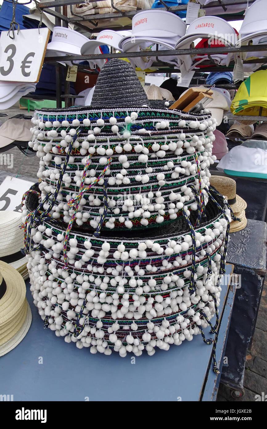 Marktstand mit touristischen Hueten und Kappen, woechentlicher Sonntagsmarkt in Teguise, Lanzarote, Kanarische Inseln, - Stock Image