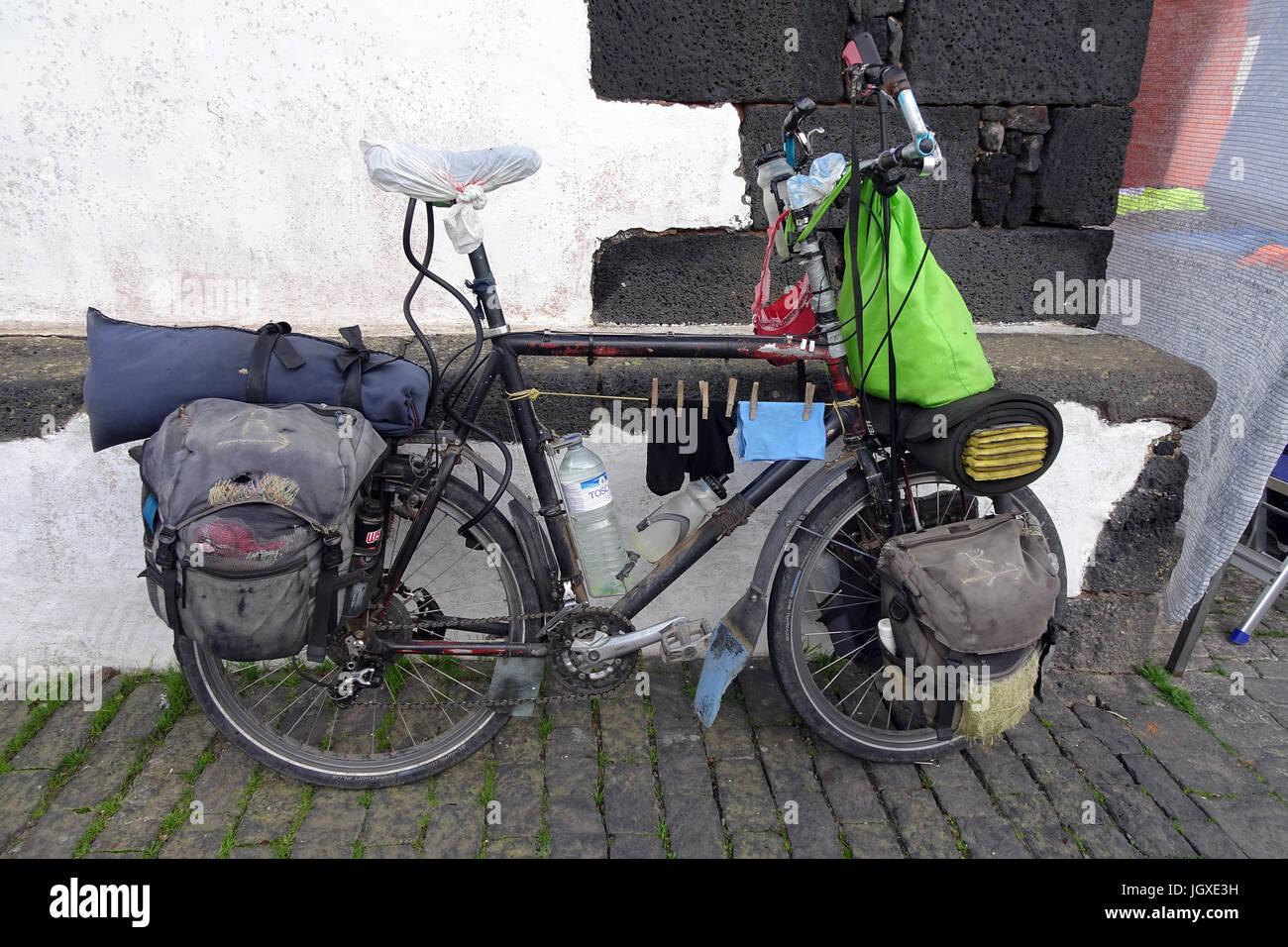 Kurios bepacktes Fahrrad mit aufgehaengter Waesche von einem Clochard, Teguise, Lanzarote, Kanarische Inseln, Europa - Stock Image