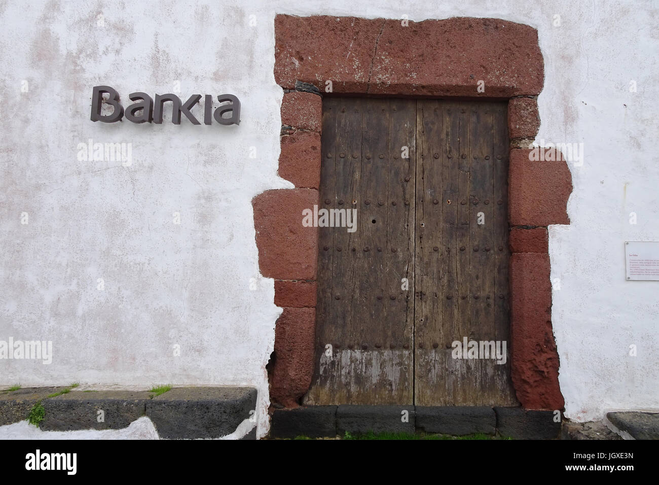 Bankia, alte Holztuer an einem typisch kanarischen Haus, ehemalige Bank, Teguise, Lanzarote, Kanarische Inseln, Europa | Bankia, old wooden door at a  Stock Photo