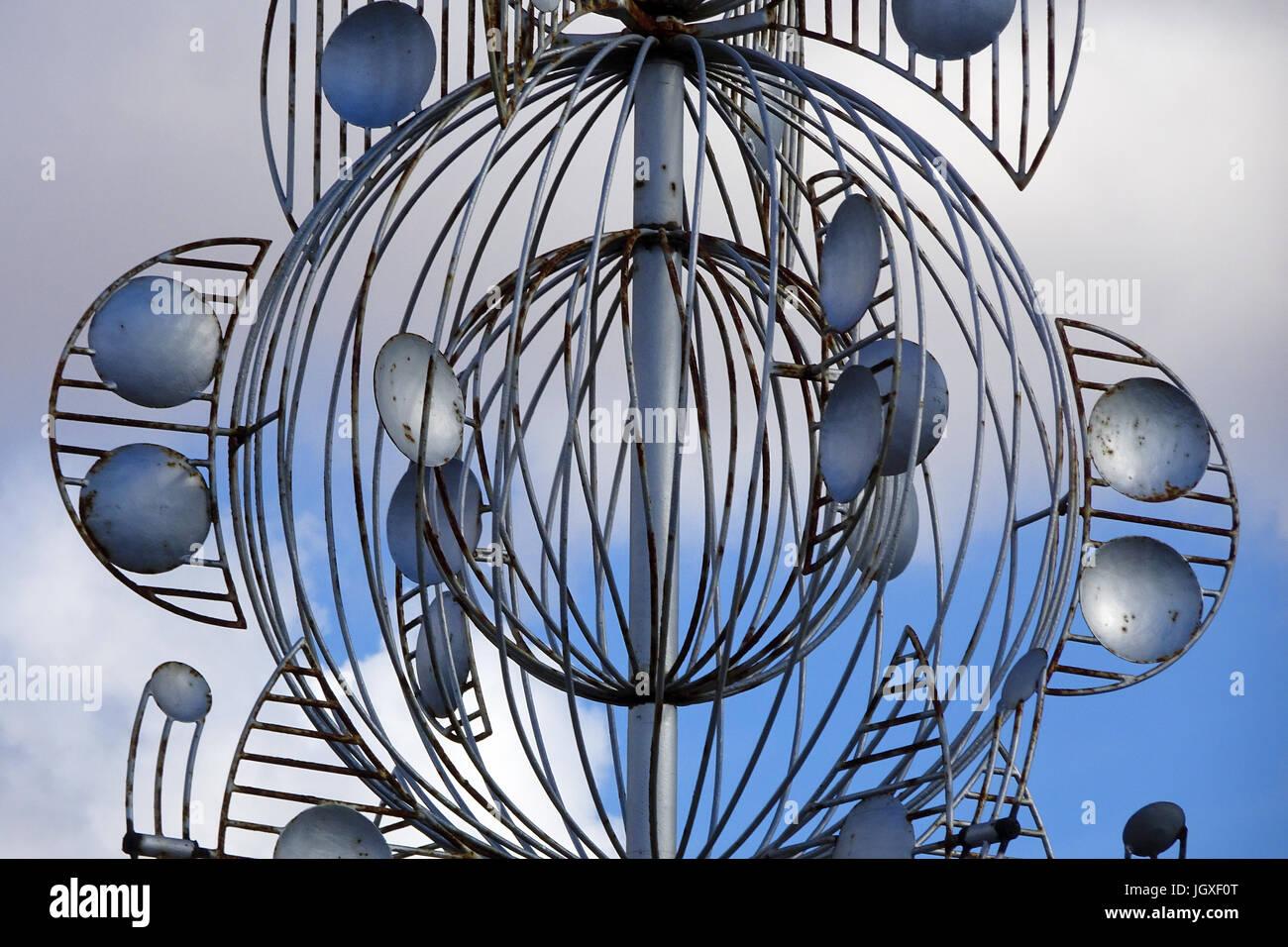 Silbernes Windspiel an einer Kreuzung, Abfahrt zur Fundacion Cesar Manrique, Tahiche, Lanzarote, Kanarische Inseln, - Stock Image
