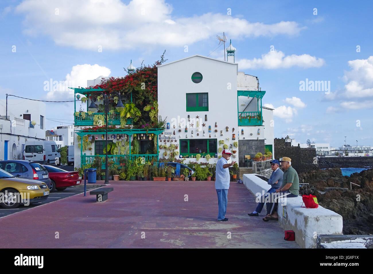 Einheimische Maenner beim Plausch, Punta Mujeres (uebersetzt Kap der Frauen), Fischerdorf im Norden von Lanzarote, - Stock Image