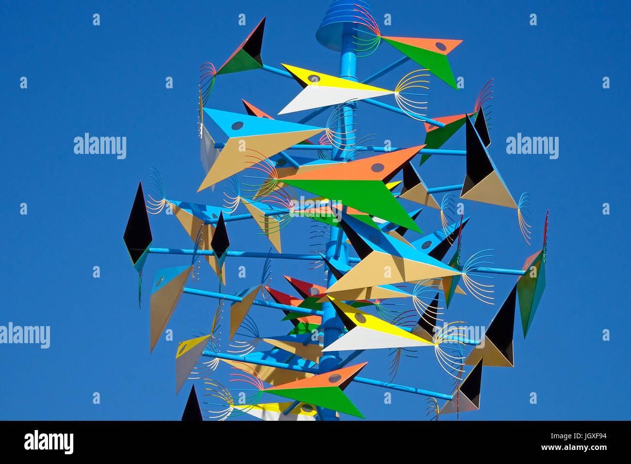 'El Robalo' buntes Windspiel designed von Cesar Manrique an der Promenade am Playa Matagorda, Puerto del - Stock Image