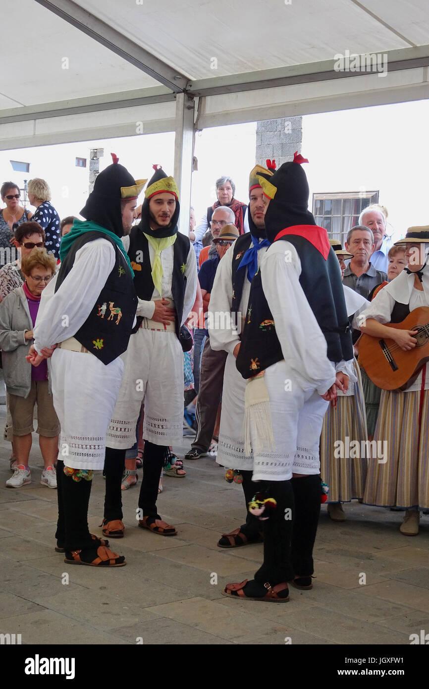 Tanzvorfuehrung, kanarische Maenner und Frauen in traditioneller Kleidung auf dem woechentlichen Sonntagsmarkt in Stock Photo
