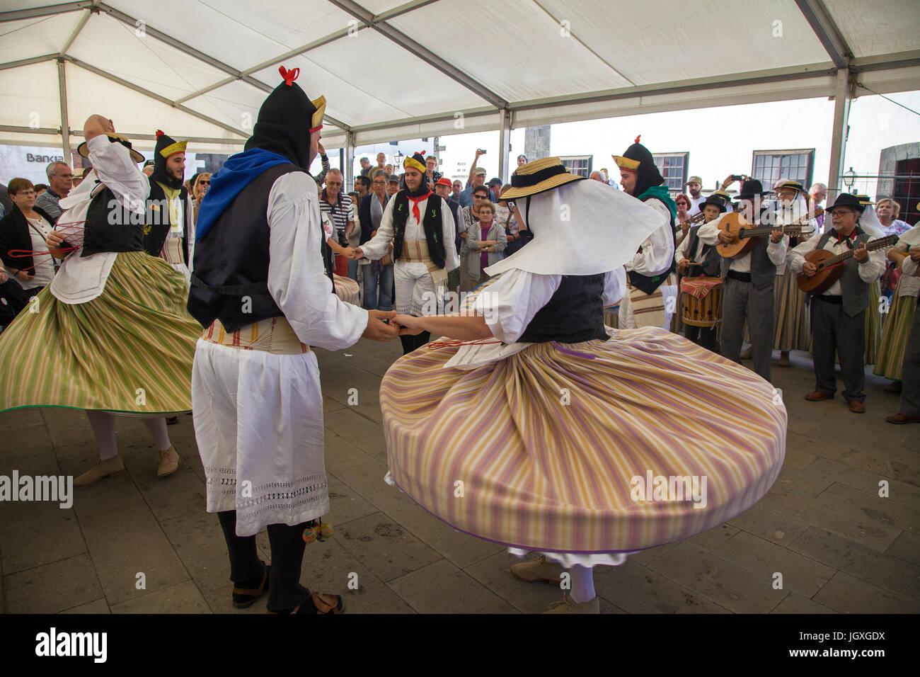 Tanzvorfuehrung, kanarische Maenner und Frauen in traditioneller Kleidung auf dem woechentlichen Sonntagsmarkt in - Stock Image