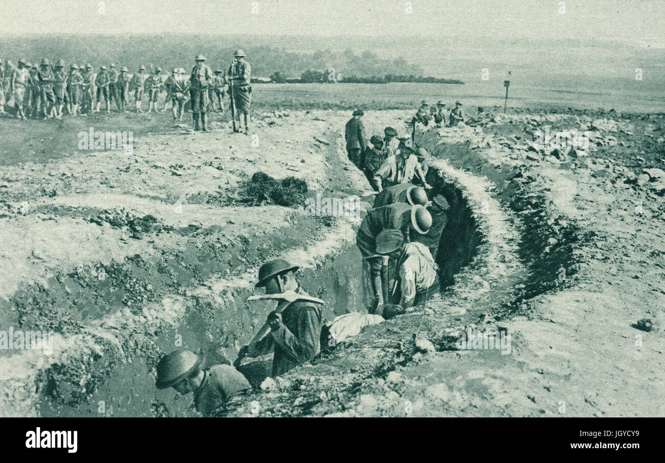 US troops learning to make trenches at final training camp, 1917 - Stock Image