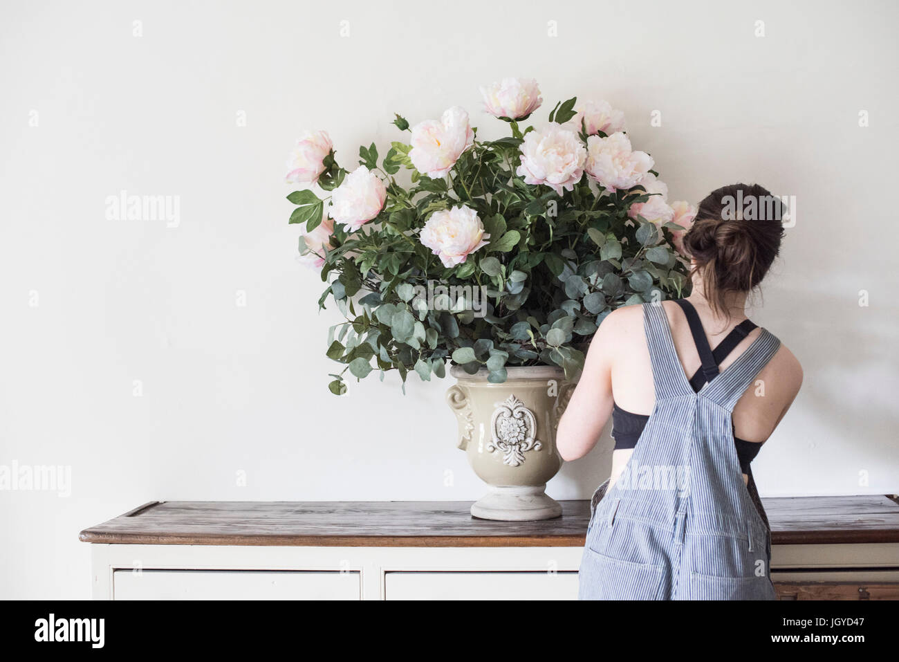 Arranging flowers - Stock Image