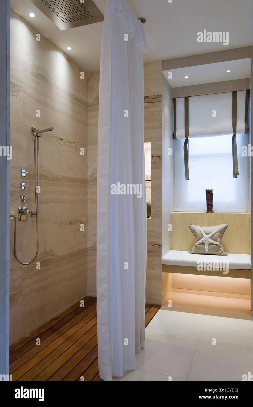 Coastal bathroom with recessed bench - Stock Image