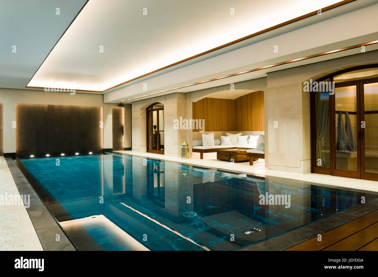 Indoor swimming pool with recessed seating area - Stock Image