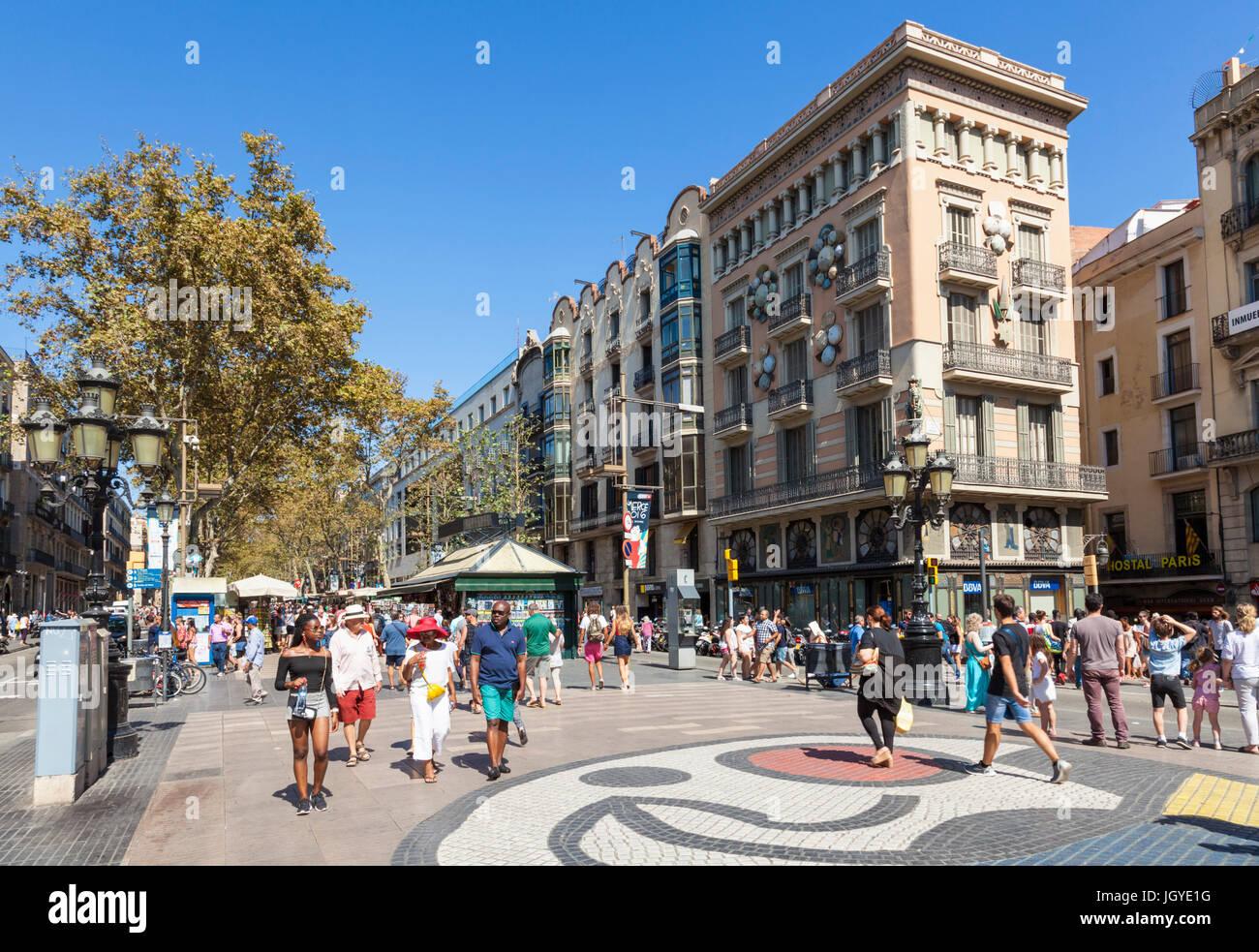 Barcelona Catalunya spain Las Ramblas tourists walking along Las Ramblas Barcelona las ramblas la rambla barcelona - Stock Image