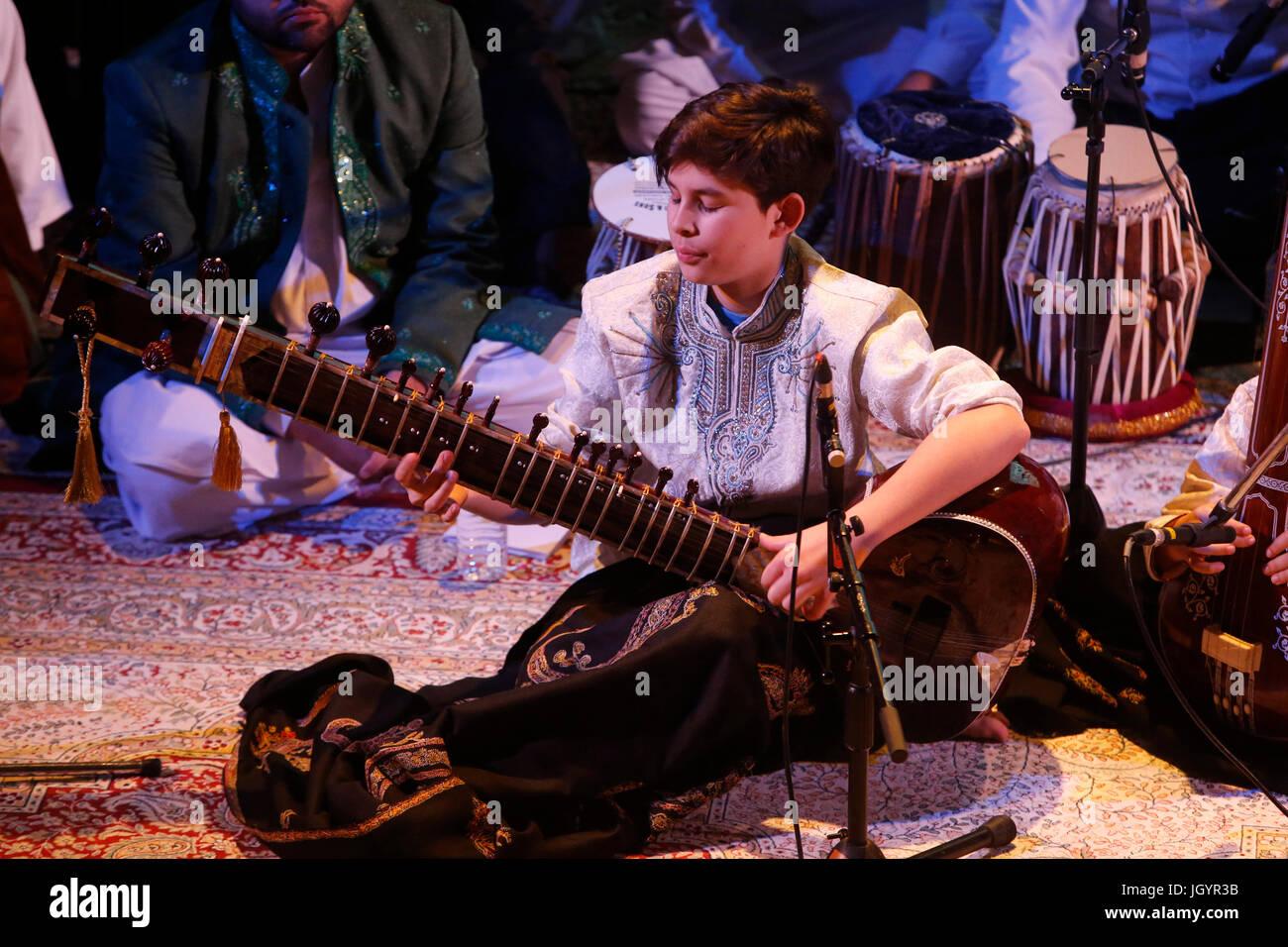 Grand Mawlid de Paris sufi gathering and celebration. Shuaib Mushtaq Qawal musicians (India/Pakistan). France. - Stock Image