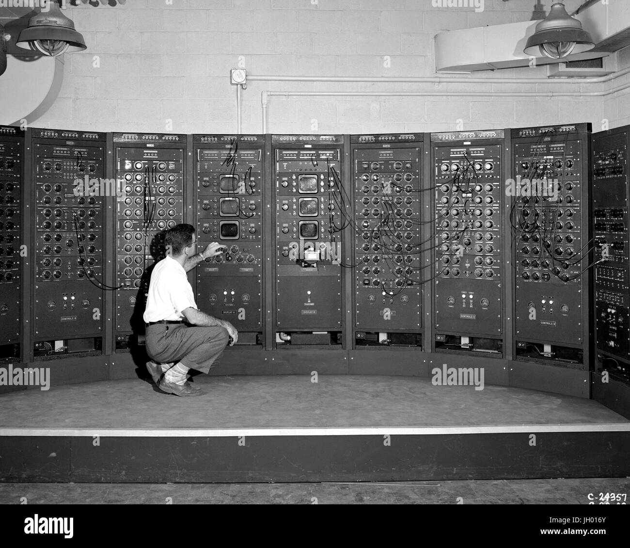 Analog Computing Machine in the Fuel Systems Building. This is an early version of the modern computer. The device - Stock Image