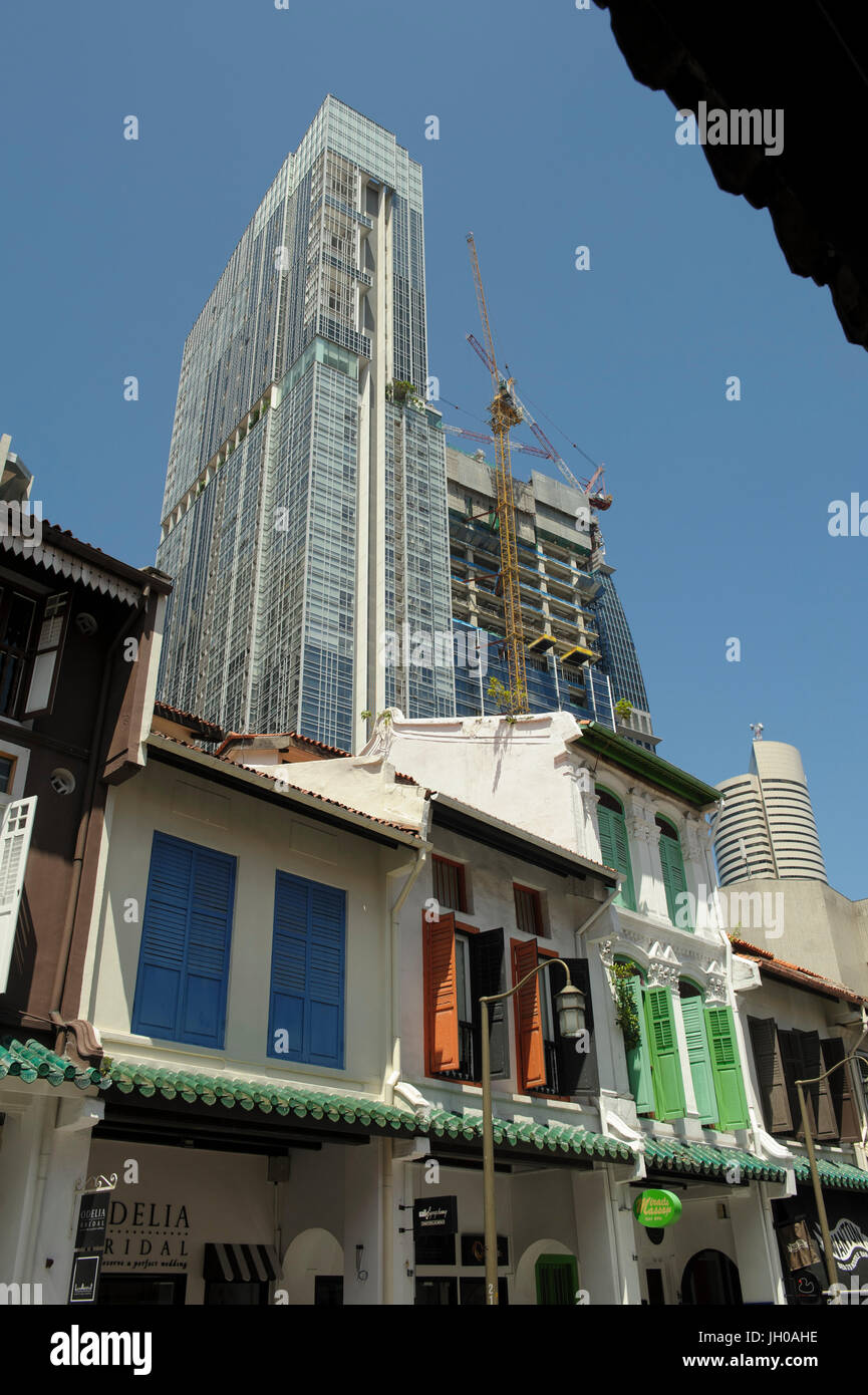 Older style shophouse buildings on Amoy Street, Chinatown, Singapore, with new high-rise buildings under construction - Stock Image