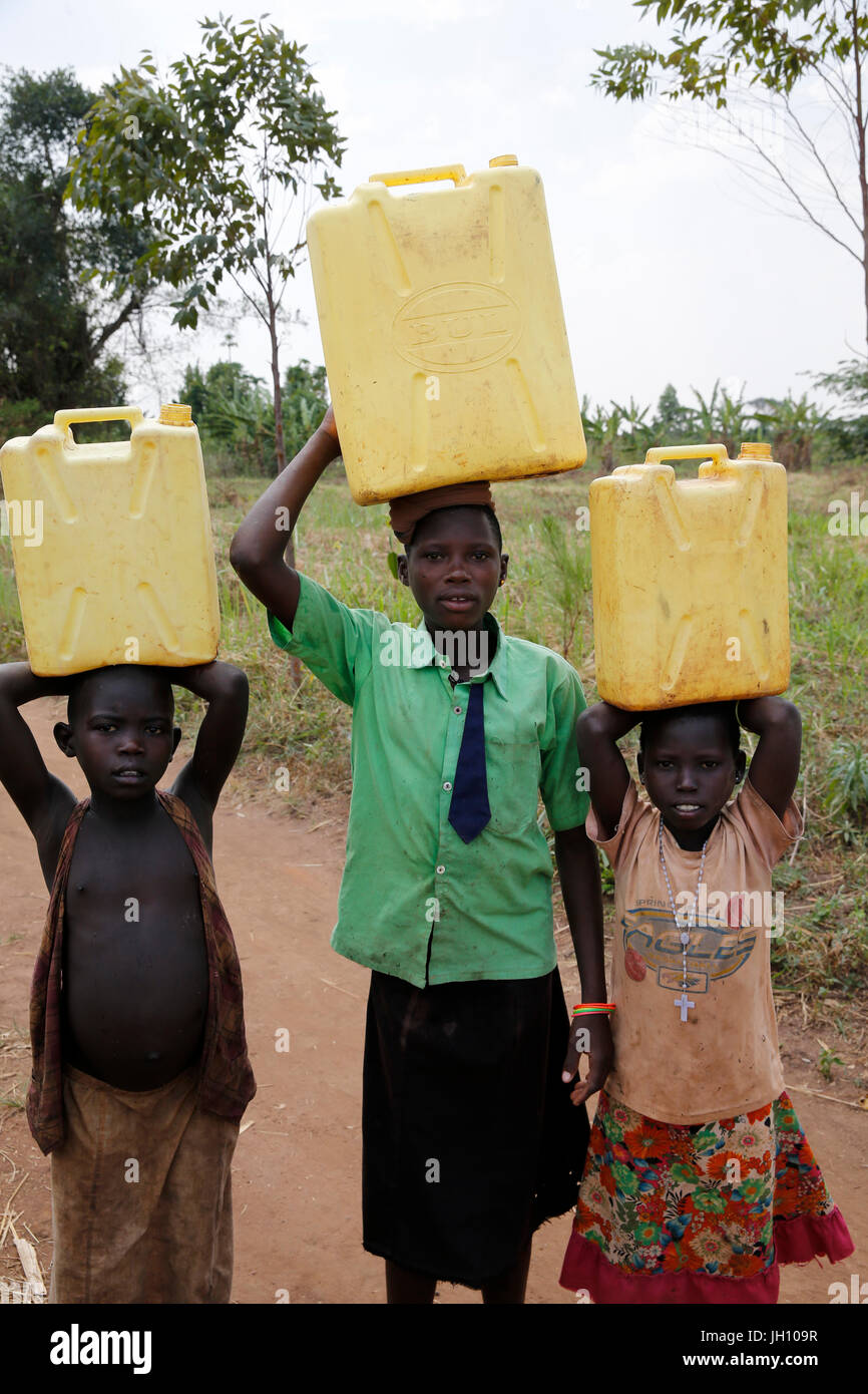 Ugandan children fetching water. Uganda. - Stock Image