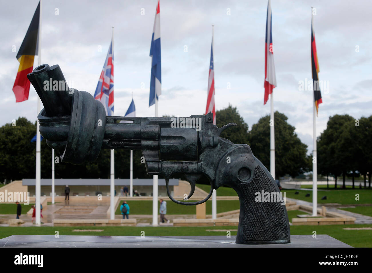 Bronze sculpture outside the Memorial de la Paix in Caen : Non violence - the knotted gun, by Carl Fredrik Reutersward. - Stock Image