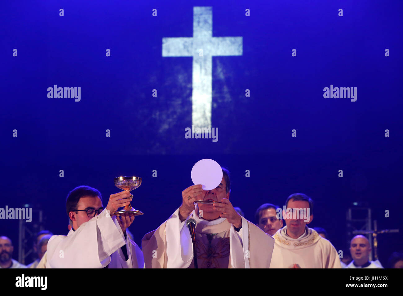 Hopeteen festival, Issy-les-Moulineaux, France. Mass presided by Mgr. Aupetit. - Stock Image