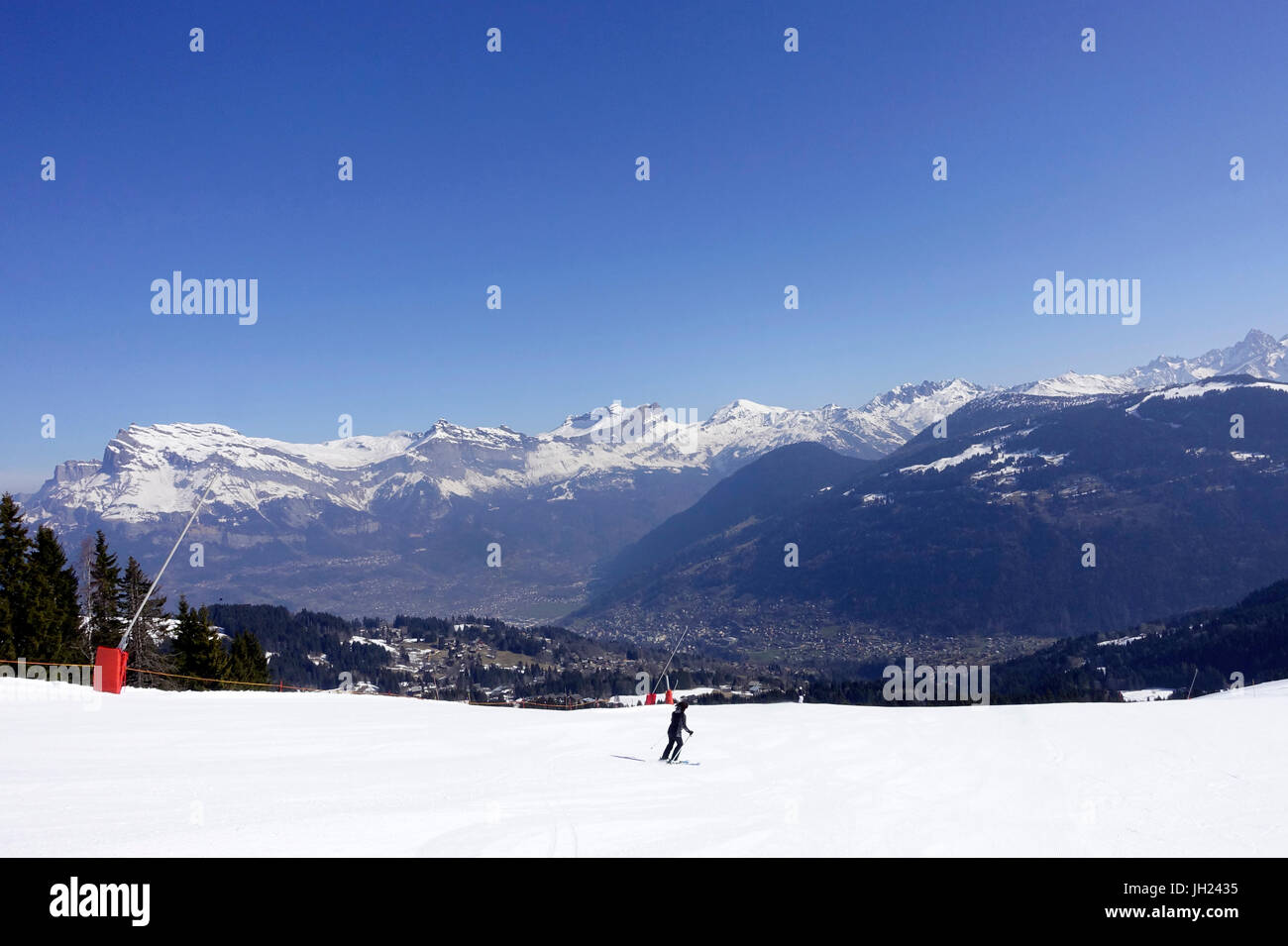 French Alps.  Mont-Blanc massif.  Downhill skiers.  France. - Stock Image