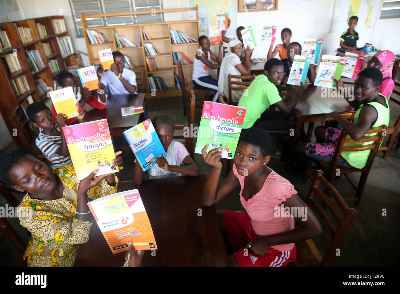 African  school. Children sponsored by french NGO : la Chaine de l'Espoir. The library.  Lome. Togo. - Stock Image
