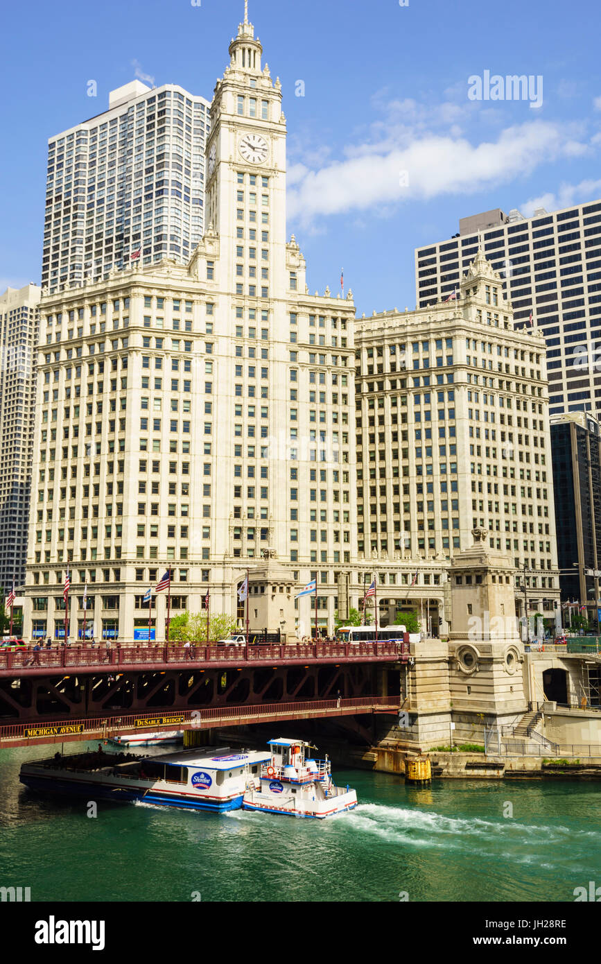 Sightseeing boat passing under DuSable Bridge on the Chicago River with Wrigley Building behind, Chicago, Illinois, - Stock Image