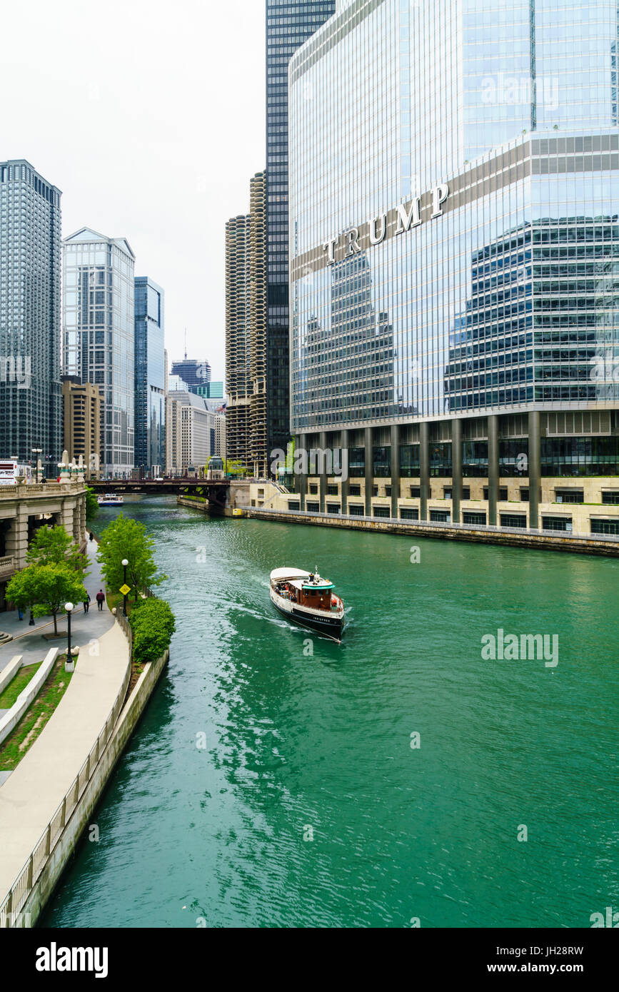 Sightseeing boat on the Chicago River, Chicago, Illinois, United States of America, North America - Stock Image