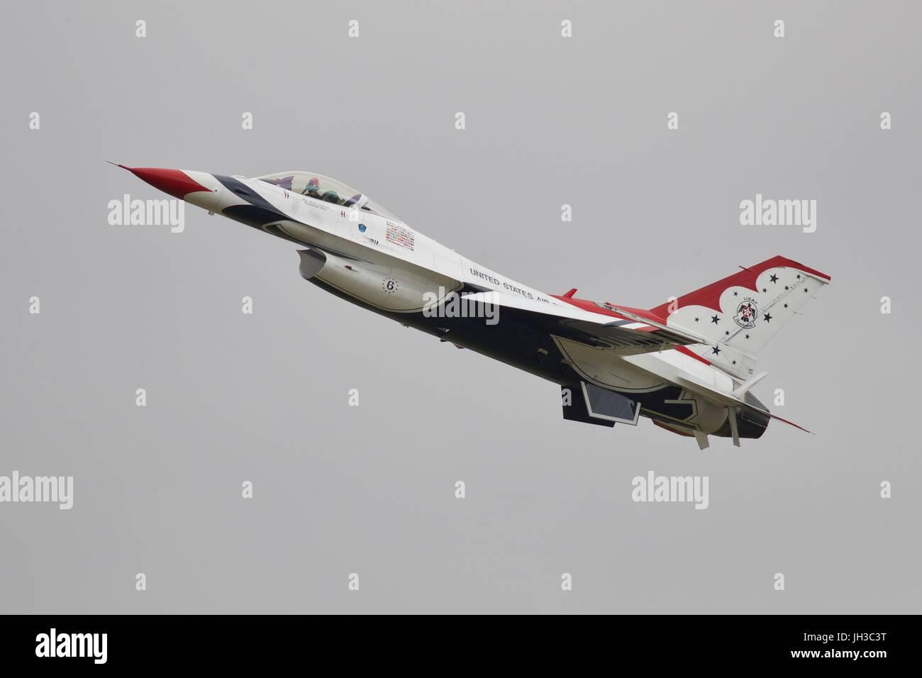 F-16 Fighting Falcon form the USAF Thunderbirds aerobatic team - Stock Image