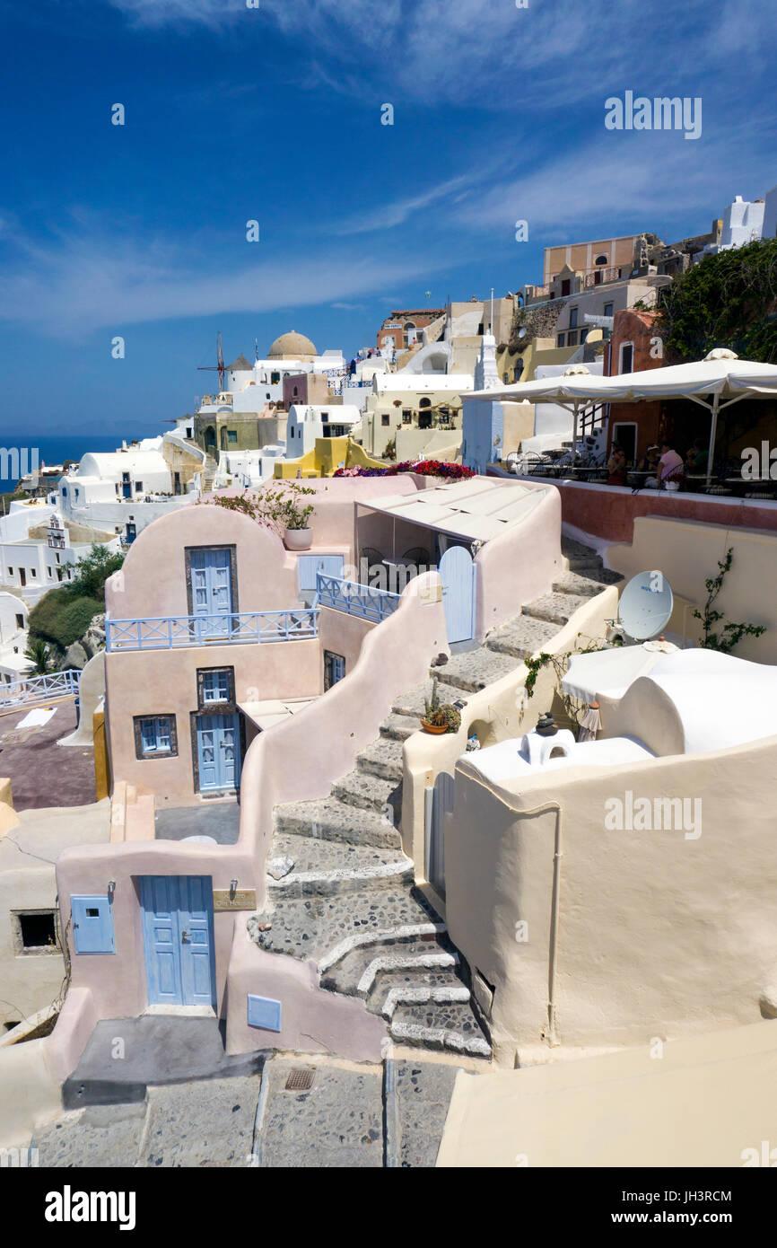 Das Dorf Oia am Kraterrand der Caldera, Santorin, Kykladen, Aegaeis, Griechenland, Mittelmeer, Europa | The village - Stock Image