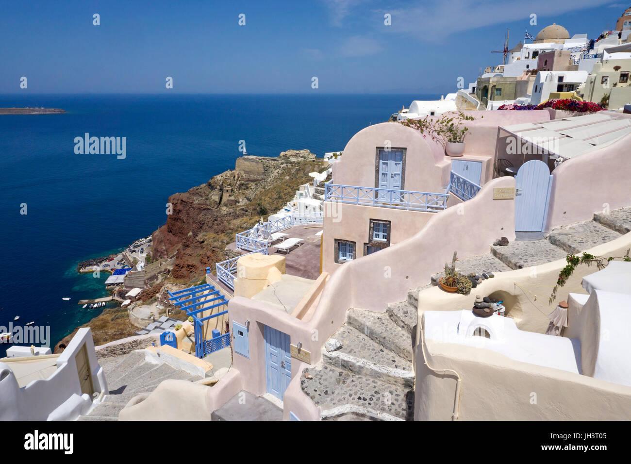 Das Dorf Oia am Kraterrand der Caldera, unterhalb der kleine Fischerhafen Ammoudi, Santorin, Kykladen, Aegaeis, - Stock Image