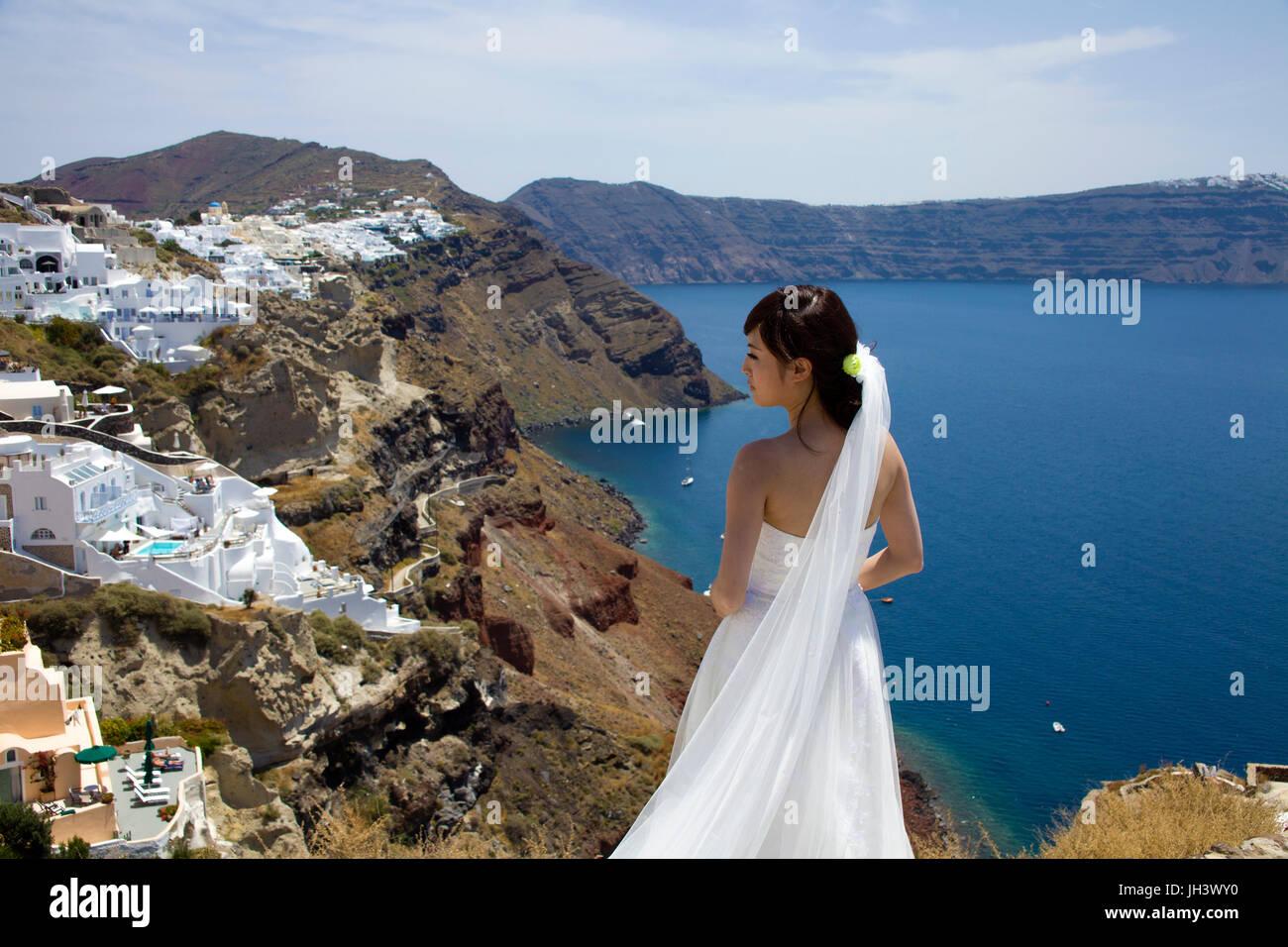 Braut am Kraterrand bei Oia, Santorin, Kykladen, Aegaeis, Griechenland, Mittelmeer, Europa   Bridal at the crater - Stock Image