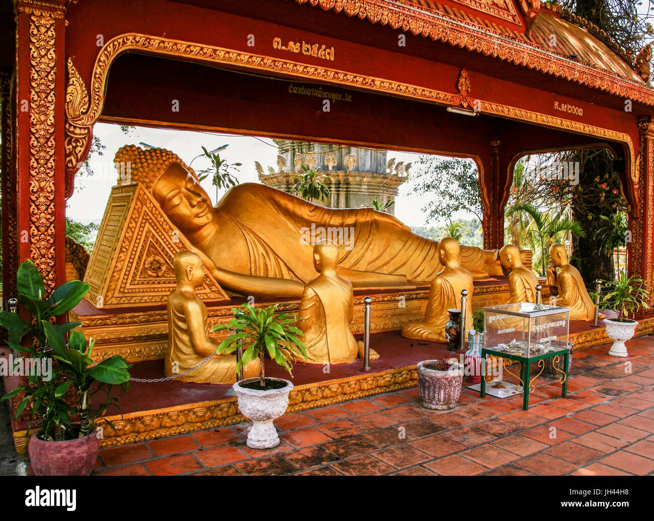 The golden statue of Buddha at Wat Krom. Known as the Sleeping Buddha or the Reclining Buddha with five seated statues - Stock Image
