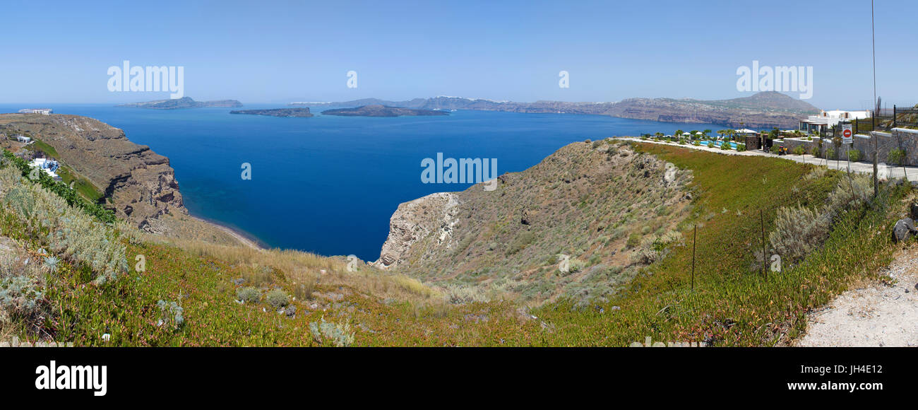 Hotel an der Suedwestkueste von Santorin mit Blick auf Thira, Kykladen, Aegaeis, Griechenland, Mittelmeer, Europa - Stock Image