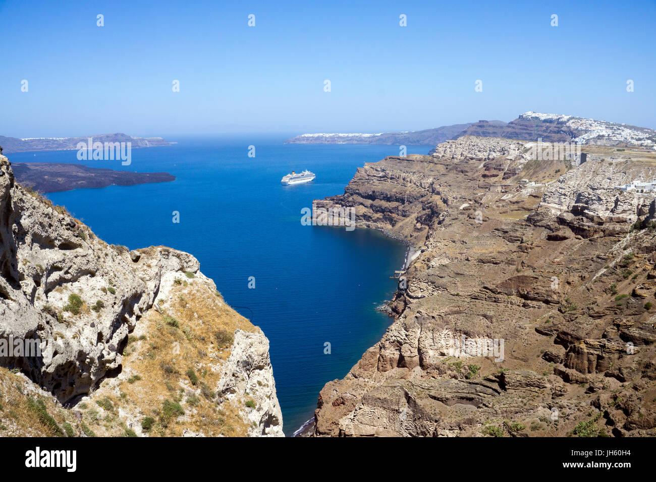 Blick oberhalb vom Faehrhafen Athinios auf die Caldera, Santorin, Kykladen, Aegaeis, Griechenland, Mittelmeer, Europa - Stock Image