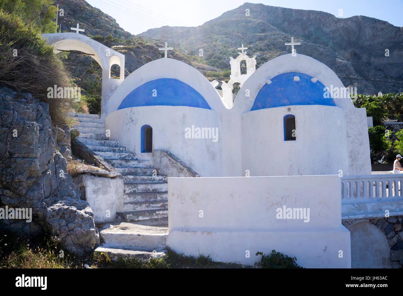 Die kleine Kapelle Agios Nikolaos am Ende vom Kamari Beach, Santorin, Kykladen, Aegaeis, Griechenland, Mittelmeer, - Stock Image