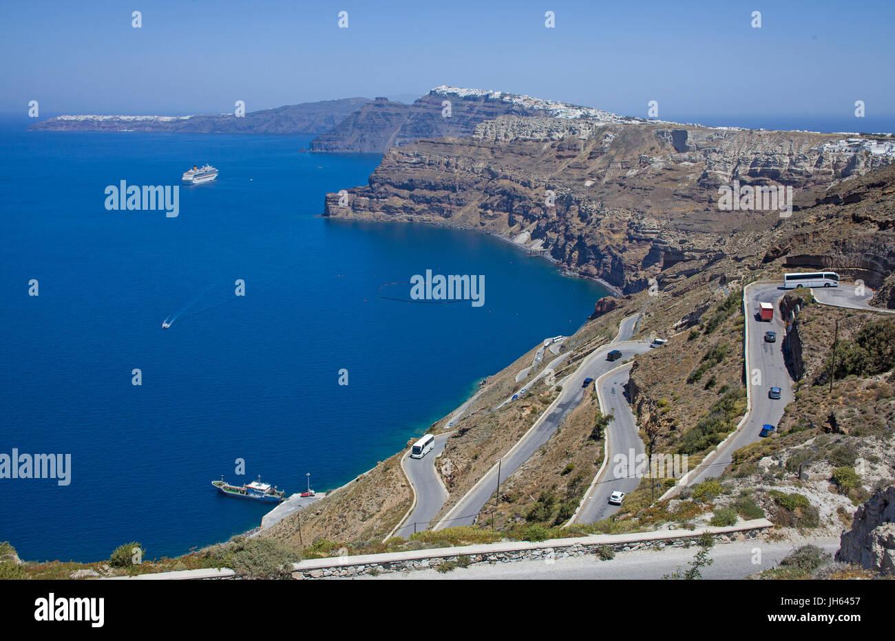 Strasse hinunter zum Faehrhafen Athinios und Blick auf die Caldera, Santorin, Kykladen, Aegaeis, Griechenland, Mittelmeer, - Stock Image