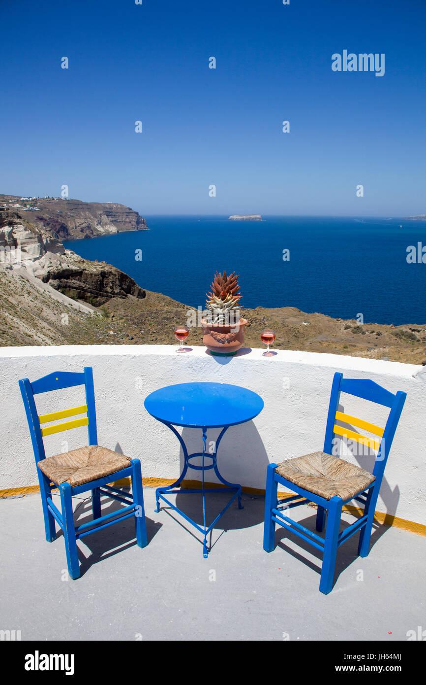 Idyllische Cocktailbar an einem Aussichtspunkt in der Balos Bay bei Akrotiri im Sueden von Santorin, Kykladen, Aegaeis, Stock Photo
