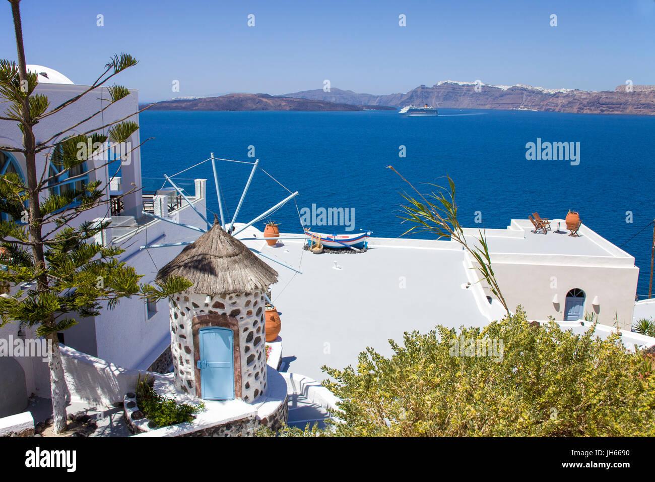 Hotelanlage mit kleiner Windmuehle in der Balos Bay, Santorin, Kykladen, Aegaeis, Griechenland, Mittelmeer, Europa - Stock Image