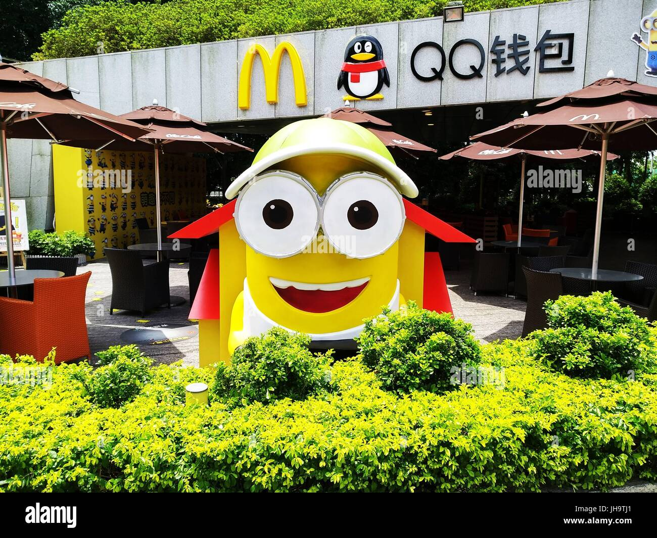 Shenzhen China 12th Jul 2017 Giant Adorable Yellow Minions Can Be Stock Photo Alamy