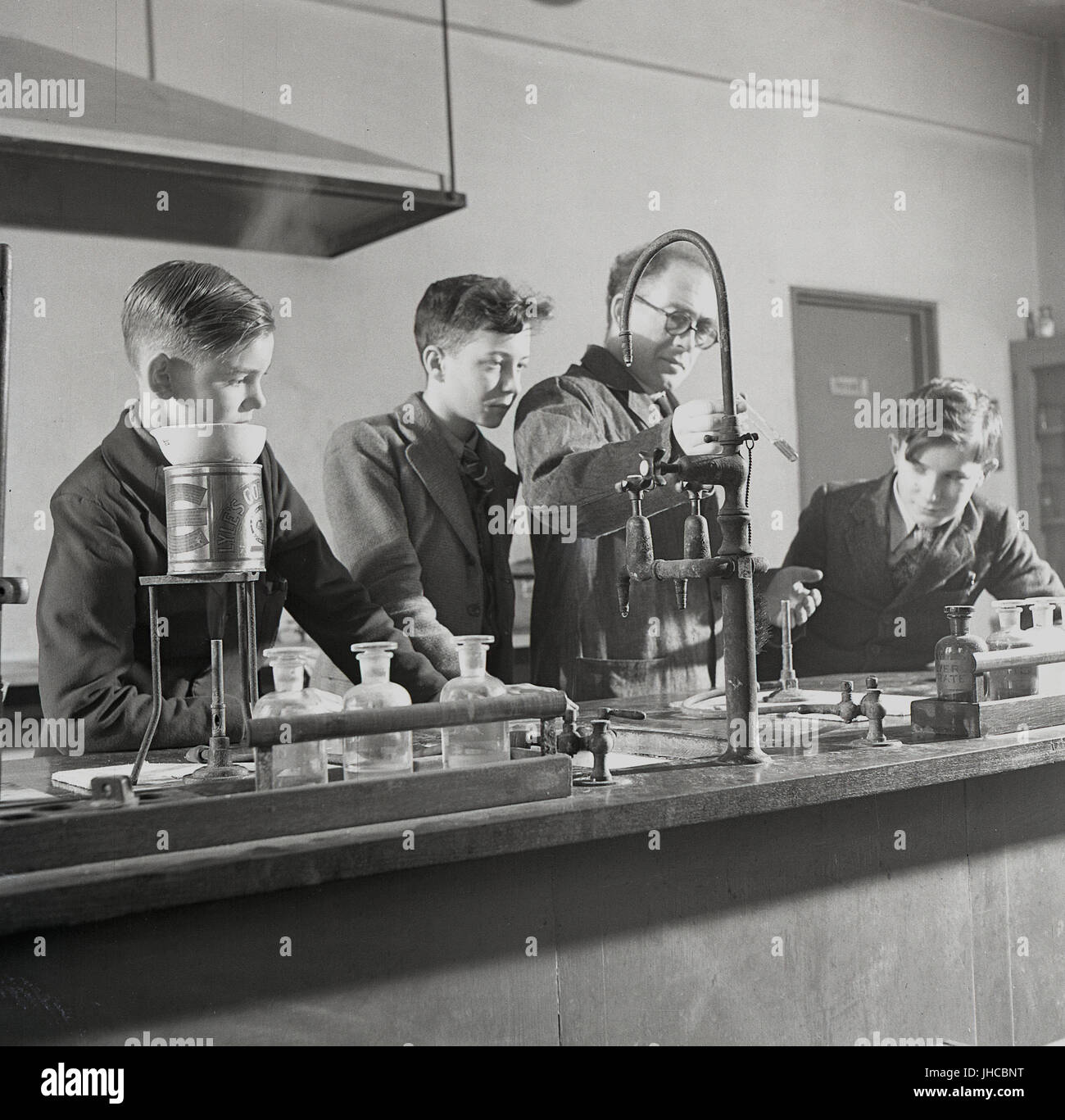 1950s, historical, England, UK, science lab of the South West Essex Technical College - know locally as the 'People's University'. Picture shows a male teacher using a testube to demonstrate how different chemicals react when mixed together. Stock Photo