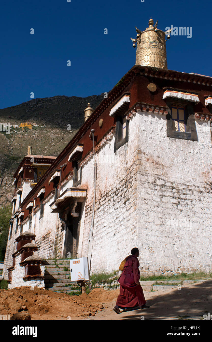 Monk outside of the Sera Monastery Temple, Lhasa, Tibet. The monastery of Sera, in Lhasa, is known for the discussions - Stock Image