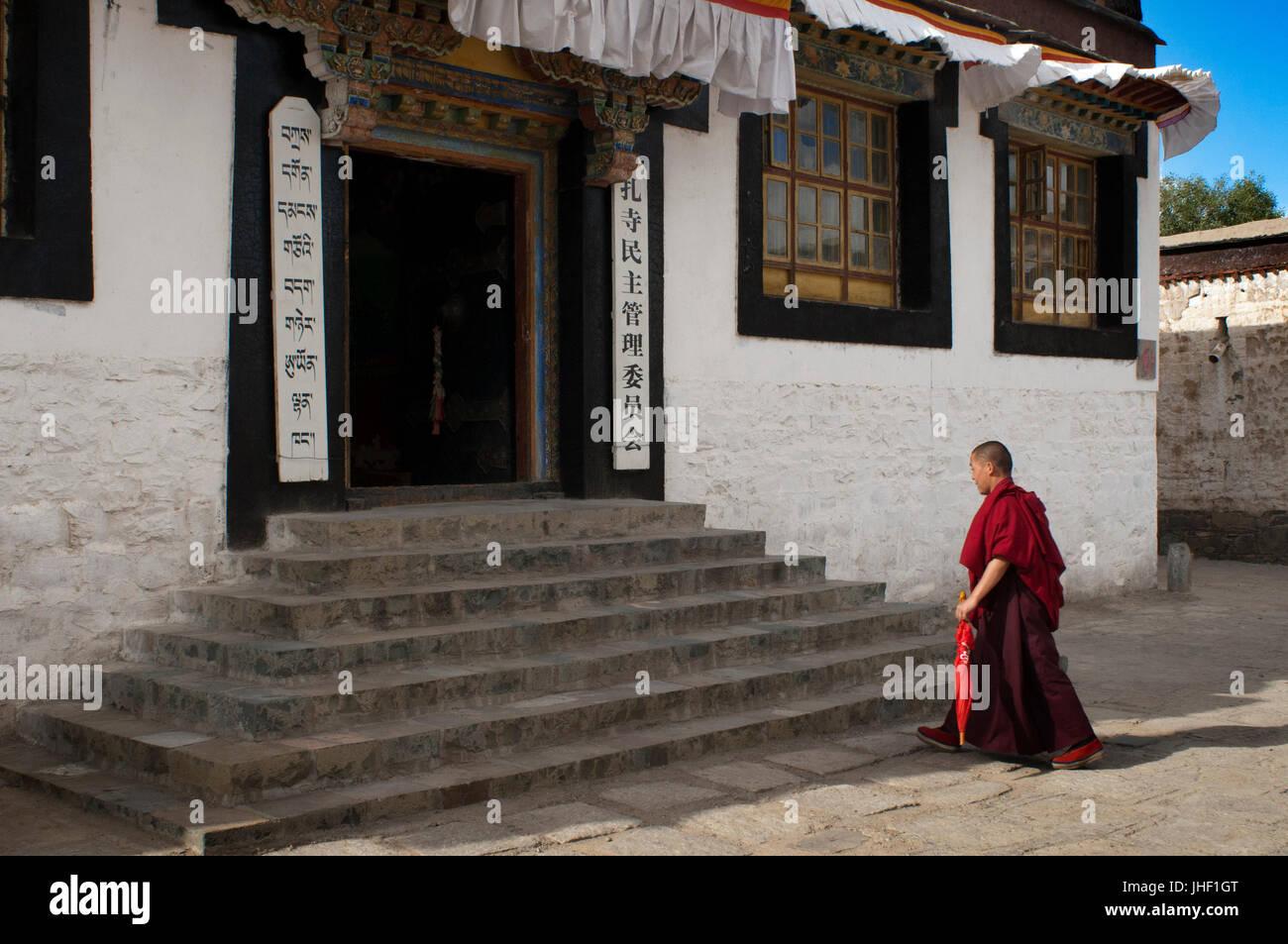Monk inside Tashilumpo Monastery at Shigatse, Tibet, China. - Stock Image