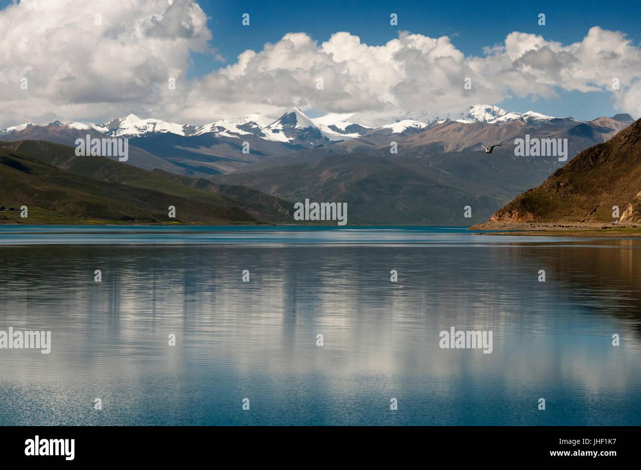 Tibet's Sacred Yamdrok Tso Lake (Yamzho Yumco in Tibetan), Shannan Prefecture, Tibet, China. Stock Photo