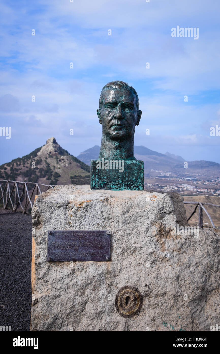 Bronze statue of the artist Francisco José Peile Da Costa Maya at the view point of Miradouro das Flores, Porto - Stock Image