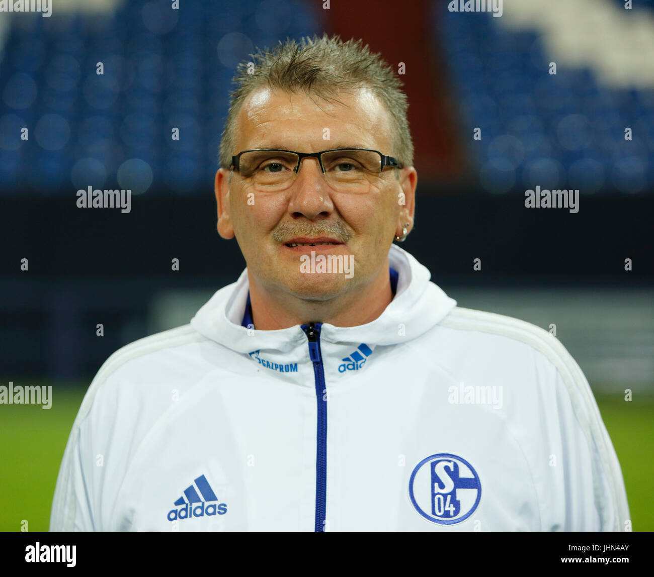 football, Bundesliga, 2017/2018, FC Schalke 04, Veltins Arena, photo shooting, players pool, kitman Holger Blumenstein - Stock Image