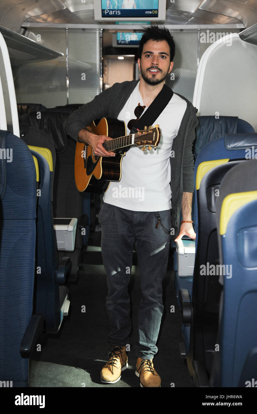 Luca Fiore, Eurostar Winner of last year's Buskers competition heads to Paris on Eurostar to perform in some - Stock Image